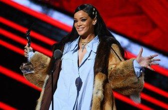 Rihanna-Black-Girls-Rock-2016-on-stage-billboard-650